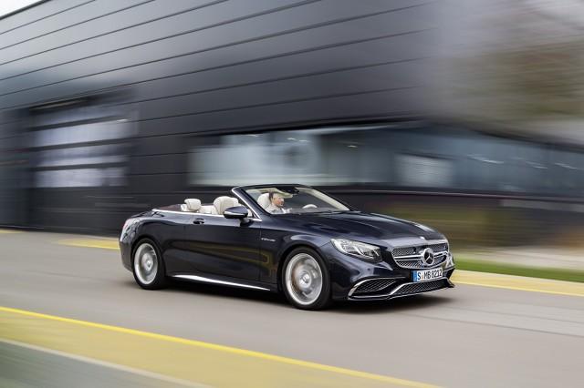 Sercem S65 AMG Cabrio użyto 6 l jednostka V12 z podwójnym doładowaniem. Motor w zakresie między 4800 a 5400 obr./min generuje moc aż 630 KM i dysponuje  momentem obrotowym wynoszącym 1000 Nm. Wartość ta dostępna jest w zakresie od 2300 do 4300 obr./min / Fot. Mercedes-Benz