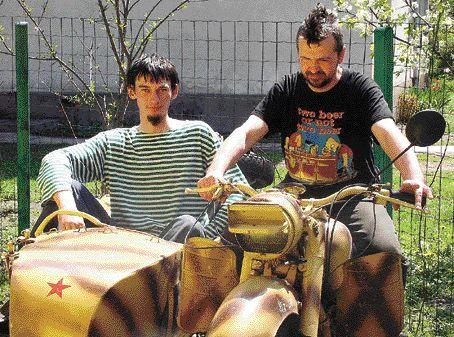 Kustoszami muzeum są Krzysztof Roś i Marcin Szmuk z motocyklowego Troll Classic Clubu. Tu siedzą na Kaśce, jak pieszczotliwie nazywają radziecki motocykl MW750, który trafił do Polski z Ukrainy, a wcześniej jeździł m.in. w Afganistanie.
