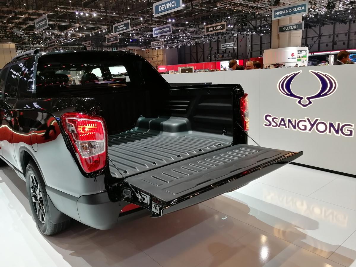 SsangYong Musso Grand  Musso Grand napędzany jest tym samym silnikiem e-XDi220, który znaleźć można w Rextonie i Musso. Zapewnia on moc maksymalną 181 KM przy 4000 obr./min. i maksymalny moment obrotowy 400 Nm w przedziale 1400-2800 obr./min. W zestawie dostępne są dwie skrzynie biegów do wyboru: 6-biegowa ręczna lub 6-biegowa automatyczna AISIN.   Fot. SsangYong