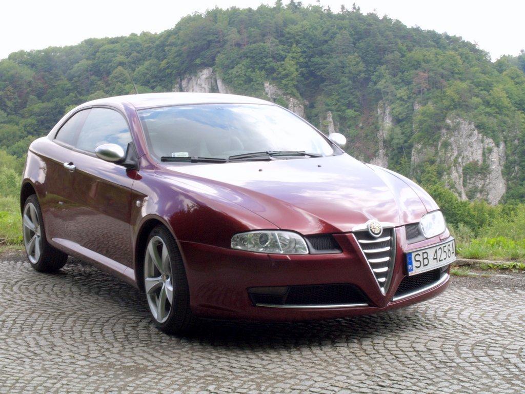 Zmiany w stylistyce Alfy Romeo, zapoczątkowane przez modele Alfa Romeo 156 i AR 147, ponownie sprawiły na rynku ogromne zainteresowanie samochodami tej marki. Idąc za ciosem przygotowano prawdziwe cacko stylistyczne Alfę Romeo GT.  Fot. Bogusław Korzeniowski