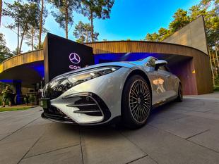 De-a lungul anilor, a devenit cunoscut faptul că Mercedes S-Class este un reper pentru alții, un fel de standard de piață și un model.  Această paradigmă a fost locul în care au apărut deseori soluții revoluționare și de pionierat, care în timp au coborât în segmentele inferioare.  Când a apărut un produs nou în