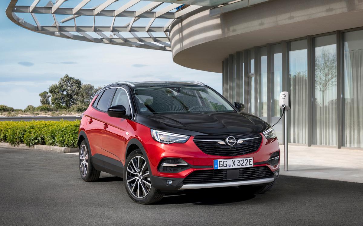 Opel Grandland X Plug in Hybrid   Samochód wyposażony w turbodoładowany silnik benzynowy 1.6 oraz układ dwóch silników elektrycznych dysponuje łączną mocą do 300 KM. Według danych wstępnych w standardzie WLTP/NEDC zużycie paliwa (ważone, w cyklu mieszanym) wynosi 2,2 l/100 km przy emisji CO2 49 g/km.  Fot. Opel