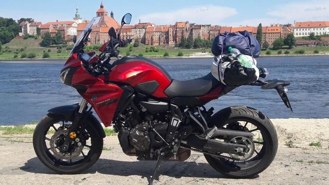 Yamaha Tracer 700, to bardzo ciekawy motocykl, którego styl łatwo rozpoznać na pierwszy rzut oka i trudno go pomylić z innymi maszynami.  Fot. Bartłomiej Gosk