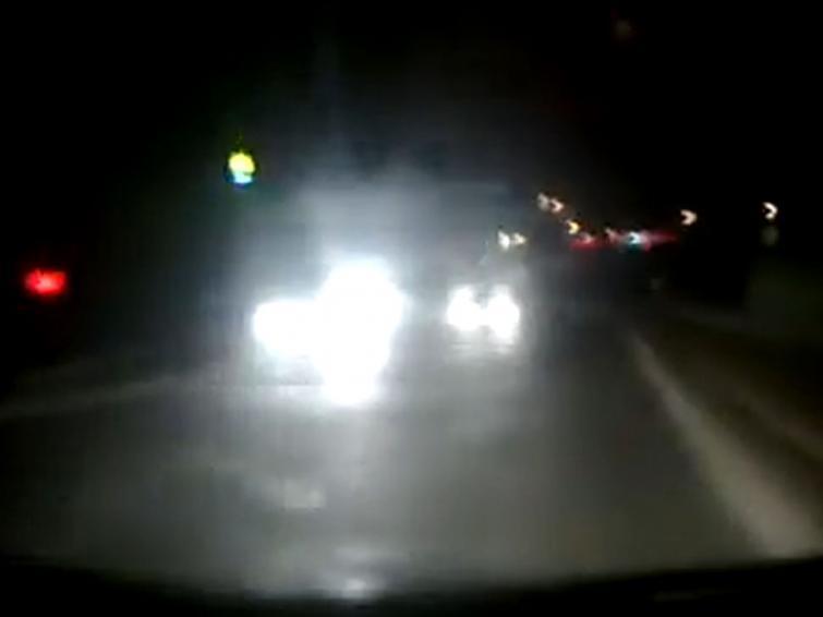 Kierowca jedzie pod prąd, z przeciwka nadjeżdżają auta