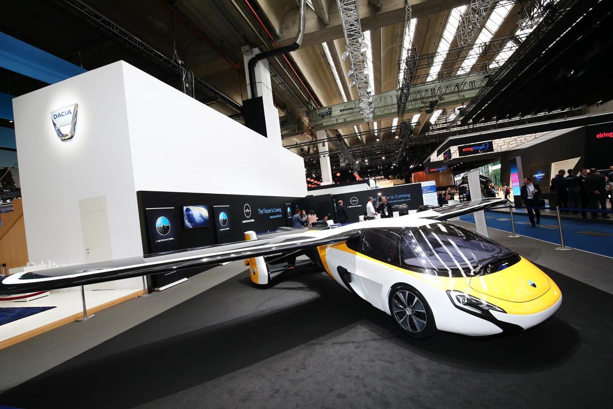 Nowa wersja AeroMobil 4.0 pokazywana we Frankfurcie nie będzie dostępna dla wszystkich. Oprócz wysokiej ceny między 1,2 miliona a 1,5 miliona euro, wymagana będzie licencja pilota.  Fot. Newspress