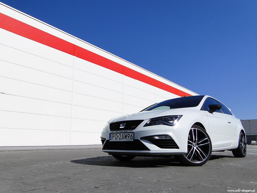 Seat Leon SC 2.0 TSI Cupra   Seat Leon Cupra dostępny jest w trzech wersjach nadwozia. Do wyboru mamy praktyczne kombi, uniwersalnego 5-drzwiowego hatchbacka oraz 3-drzwiowe Sport Coupe. Cena modelu zaczyna się od 140 500 zł. Wariant z dodatkową parą drzwi to wydatek przynajmniej 142 400 zł, a odmianę kombi wyceniono na 145 900 zł.   Fot. Dariusz Wołoszka – Info-Ekspert