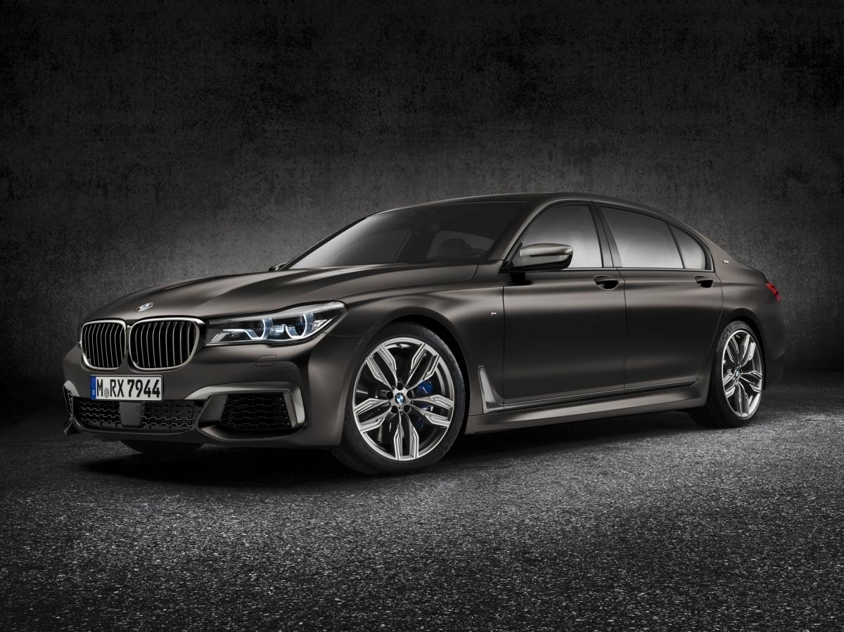 BMW M760Li xDrive  Swoją polską premierę będzie miało nowe BMW M760Li xDrive, topowa wersja napędzana przez 12-cylindrowy silnik benzynowy M Performance TwinPower Turbo, który generuje moc 600 KM i rozpędza auto od 0 do 100 km/h w 3,9 sekundy.  Fot. BMW