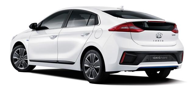Hyundai zaprezentował szkice nowego modelu IONIQ, jeszcze przed rozpoczęciem jego oficjalnej sprzedaży na rynku koreańskim, w styczniu tego roku. IONIQ będzie pierwszym na świecie samochodem, w którym jedno nadwozie oferowane jest z trzema różnymi rodzajami jednostek napędowych do wyboru / Fot. Hyundai