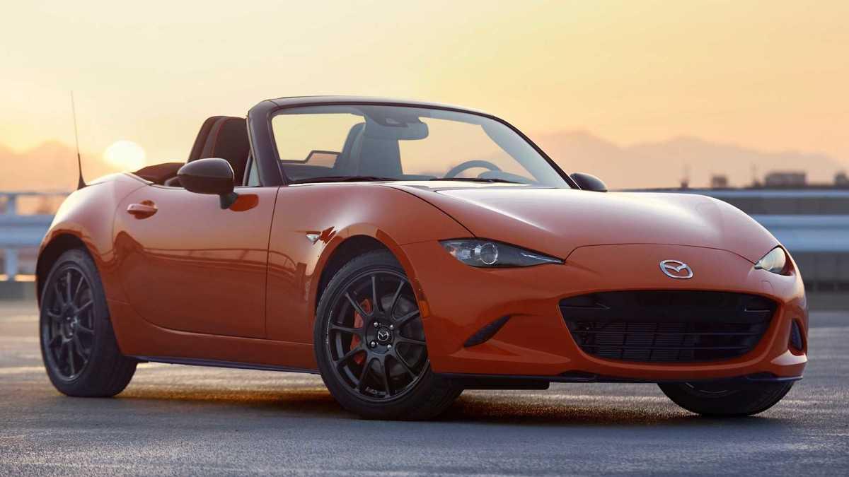 Mazda MX-5 30th Anniversary Edition  Zdecydowano się na pomarańczowe zaciski hamulcowe, pomarańczowe akcenty kolorystyczne na fotelach, tapicerce drzwi bocznych, tablicy wskaźników i lewarku zmiany biegów.  Fot. Mazda