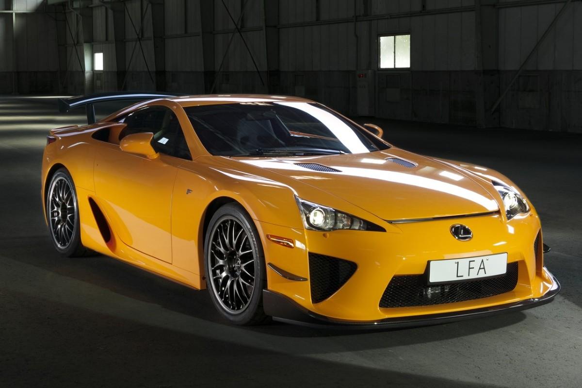 Niemiecki dealer Lexus Rosenheim wystawił na sprzedaż unikalnego Lexusa LFA Nürburgring. To prawdziwa rzadkość, bo modelu LFA wyprodukowano tylko 500 sztuk, z czego w wersji Nürburgring jedynie 50. Oferowany egzemplarz ma na masce autograf samego Akio Toyody – taki samochód jest tylko jeden na świecie / Fot. Lexus
