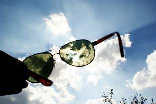 Okulary przeciwsłoneczne. Po co kierowcy zimą?