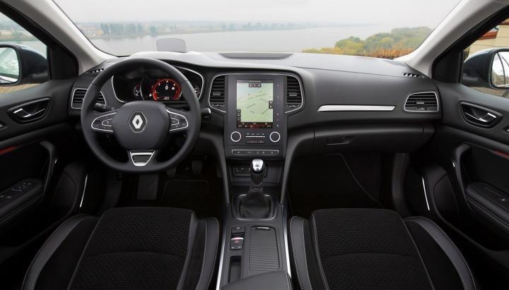 Parujące szyby, nieprzyjemna woń – gromadzenie się wilgoci potrafi być prawdziwą zmorą dla posiadaczy samochodów. Dotyczy to zwłaszcza nadchodzącego okresu jesiennego, kiedy to aura często nie rozpieszcza a dni są krótkie. Wyjaśniamy, co może być przyczyną gromadzenia się wilgoci w aucie i jak się jej pozbyć. Fot. Renault