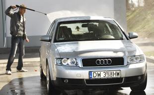 Mycie samochodu. Czy można dostać mandat za mycie auta na własnej posesji?