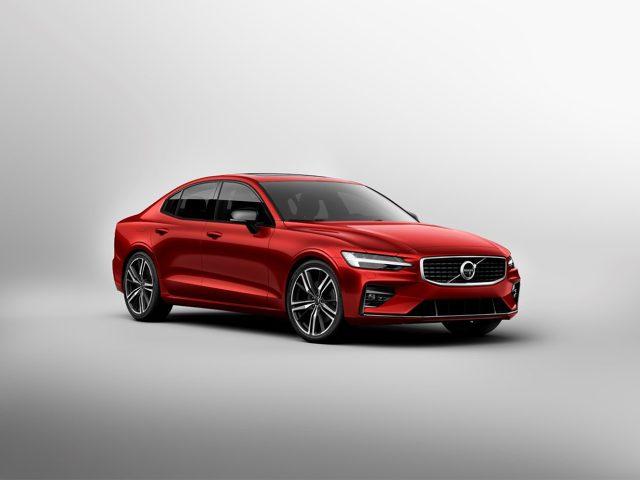 Volvo S60   Model S60 jeszcze w tym roku trafi na rynek amerykański. Jego produkcja ruszy w sierpniu. Produkcja dla klientów Europejskich ruszy na początku przyszłego roku. Polskie ceny zostaną ogłoszone dopiero za kilka miesięcy.  Fot. Volvo