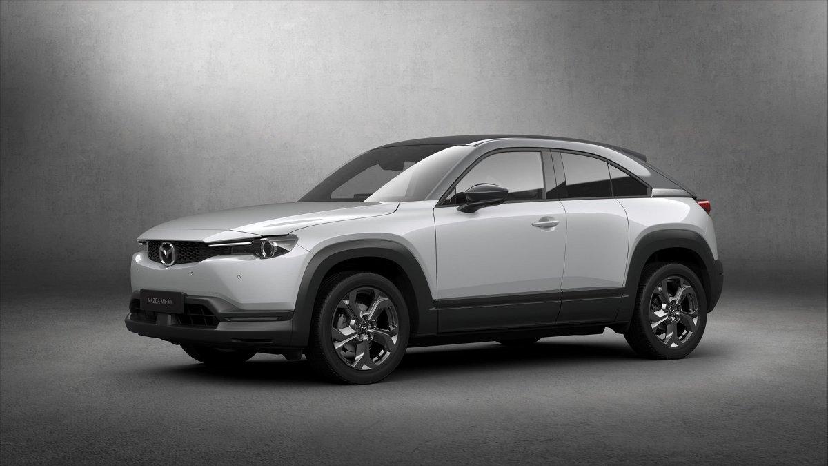Mazda MX-30   Za napęd pojazdu odpowiada silnik synchroniczny na prąd zmienny. Energia jest przechowywana w zestawie akumulatorów litowo-jonowych o pojemności 35,5 kWh. Auto na jednym ładowaniu może pokonać dystans około 200 km.   Fot. Mazda