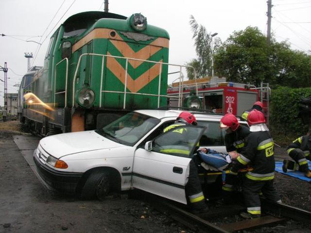 Bezpieczny przejazd kolejowy. Auto w zderzeniu z pociągiem nie ma szans