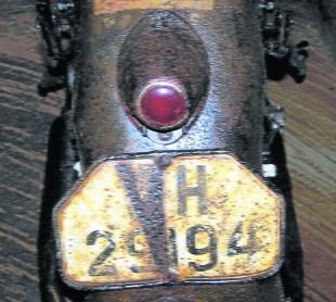 Tylny błotnik. W 1939 roku motocykle Wehrmachtu  miały numery 5-cyfrowe. Wyżej znak taktyczny 2  kompanii rozpoznania nieznanej jednostki  Fot: Archiwum