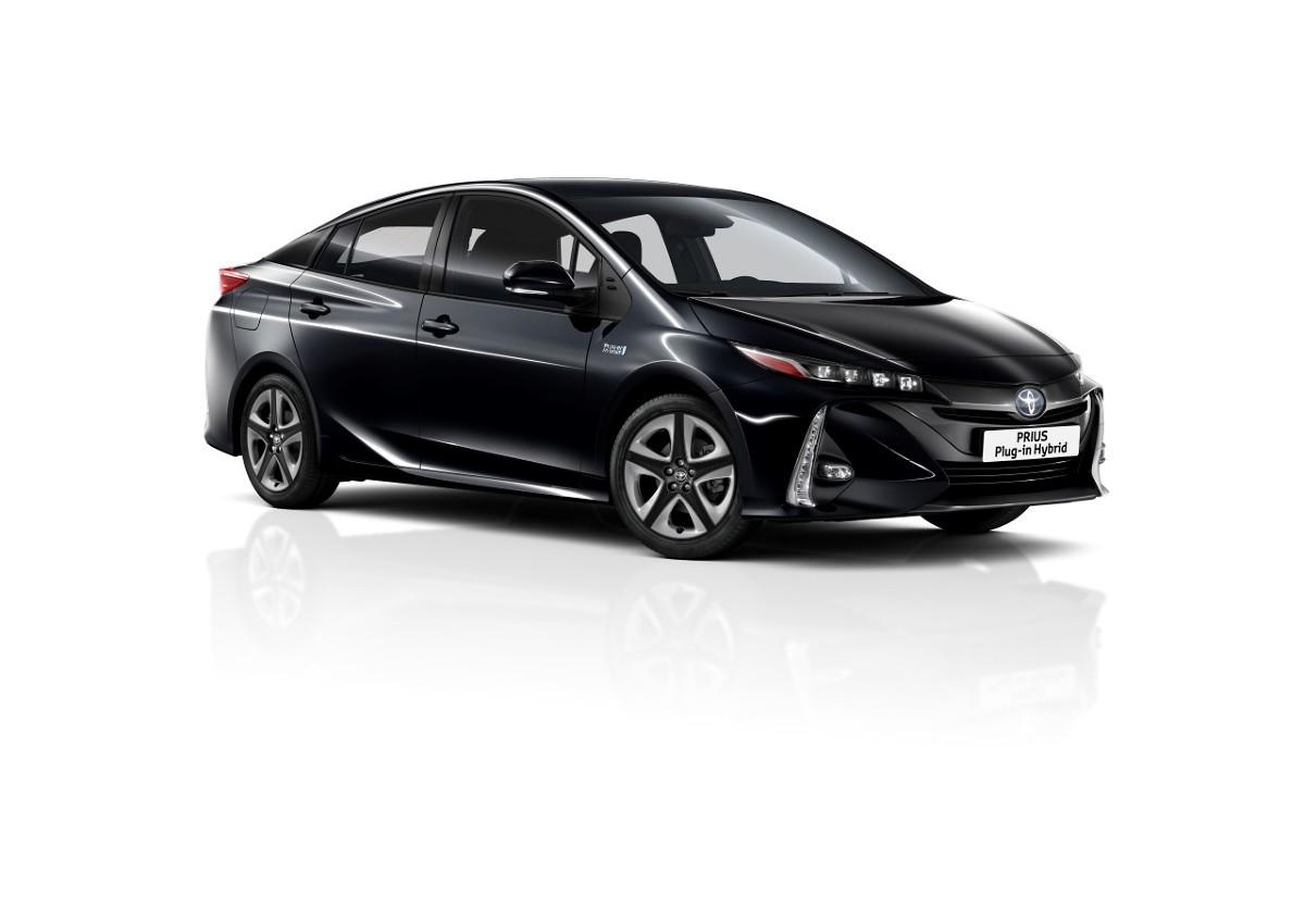 Toyota Prius   Toyota prezentuje odświeżoną wersję Priusa Plug-in Hybrid z nowym, pięciomiejscowym wnętrzem. Nowością jest także metalizowany lakier Attitude Black oraz monitor panoramiczny z systemem kamer 360 stopni.  Fot. Toyota