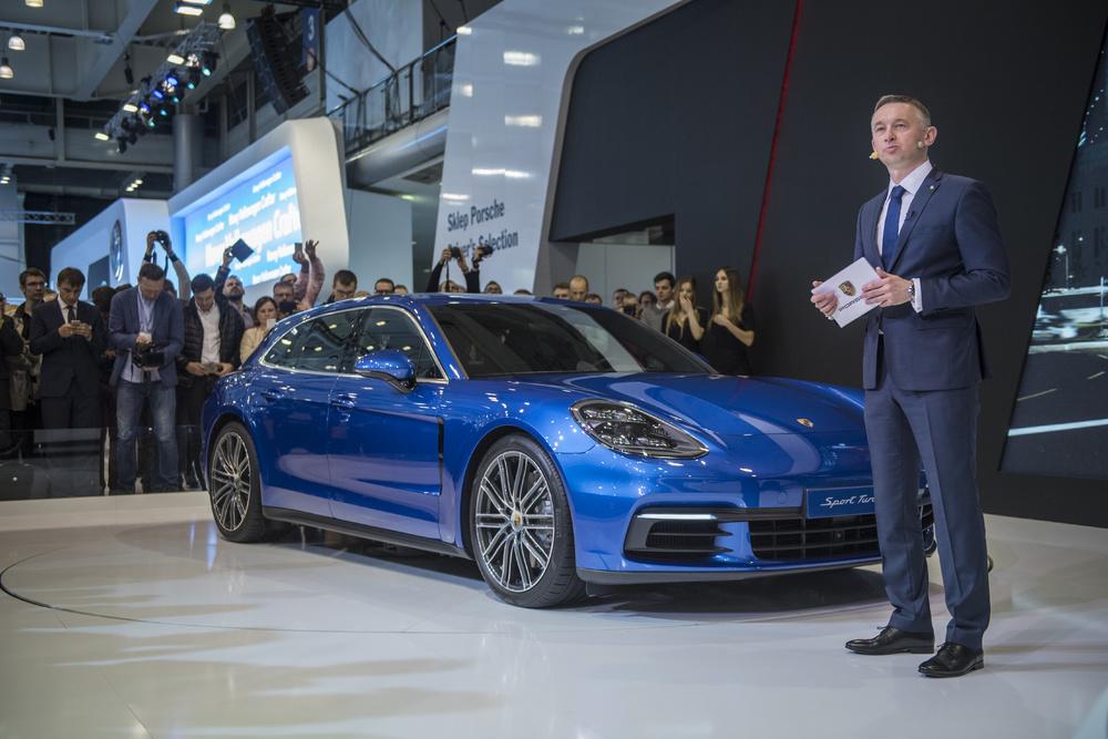 Porsche na targach Motor Show, Poznań 2017 - Jacek Grzybek (dyrektor marki Porsche) prezentuje nową Panamerę Sport Turismo   Fot. Porsche