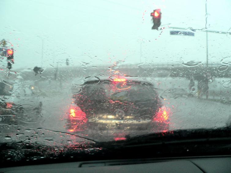 Sprawdź, jak bezpiecznie jeździć podczas burzy i silnej ulewy