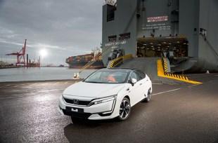 Honda   Clarity Fuel Cell  Podczas salonu w Genewie Honda zaprezentuje również model Clarity Fuel Cell, którego pierwsze egzemplarze dotarły do Europy pod koniec ubiegłego roku. Clarity Fuel Cell to samochód na ogniwa paliwowe, uzyskujący zasięg 620 kilometrów (385 mil).  Fot. Honda