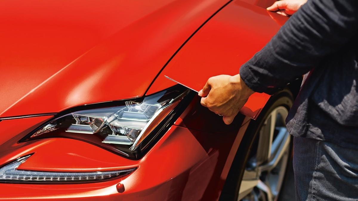 Projektowanie nowego odcienia lakieru może trwać nawet trzy lata i odbywa się we współpracy z ośrodkami z Europy i USA. Zaczyna się od pomysłu, którego inspiracją jest rodzaj i charakter auta – sedan, crossover czy coupé, reprezentacyjne, rodzinne czy sportowe. Realizacja pomysłu musi uwzględniać realia techniczne, czasami wymaga opracowania nowej technologii / Fot. Lexus