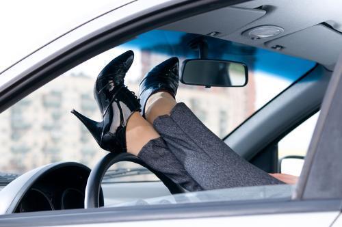 Być może dla wielu temat może okazać się trywialny, ale tak jak wygodny, nie ograniczający naszych ruchów strój, jest istotny dla bezpieczeństwa prowadzenia auta, tak kolejnym elementem są... buty. Niejeden kierowca myśląc o bezpieczeństwie jazdy i zachowaniu ostrożności na drodze, pomija dobór odpowiedniego obuwia. Tymczasem wsiadając za kierownicę w butach na koturnie, wysokim obcasie czy w klapkach, może doprowadzić do sytuacji, w której bezpieczne prowadzenie samochodu okaże się znacznie utrudnione albo niemożliwe. Fot. Shutterstock