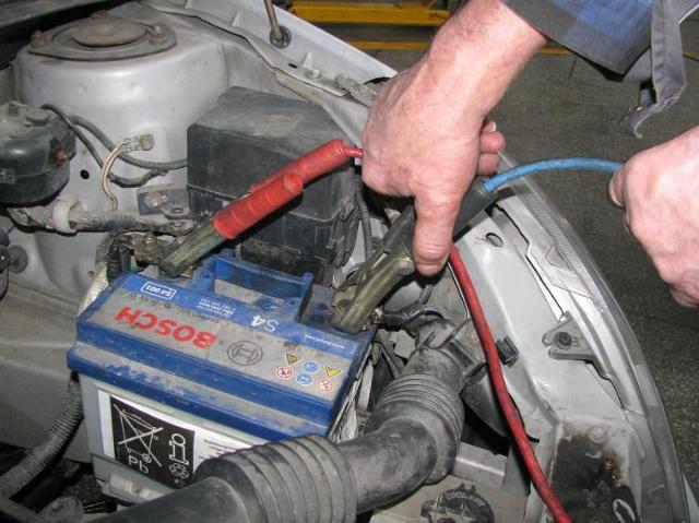 Jak uruchomić samochód za pomocą kabli rozruchowych? Fotoporadnik