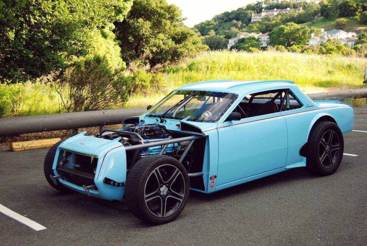 Toyota Corona   Toyota Corona Hot Rod powstała w 2004 roku w garażu Mitcha Allreada w Południowej Kalifornii. Oryginalny samochód został rozebrany do gołego metalu. Otrzymał rurową, przestrzenną ramę – do niej zamocowano elementy nadwozia, wykończone błękitnym lakierem Gulf Racing Blue z lekkimi szybami z poliwęglanu.   Fot. Auctions America / Silodrome.com