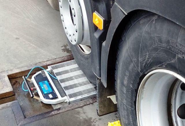 Niemal 61 ton ważyła ciężarówka z ładunkiem, którą skontrolował patrol warmińsko-mazurskiej Inspekcji Transportu Drogowego. Przewoźnik może spodziewać się wysokiej kary pieniężnej za dewastację dróg.  Fot. ITD