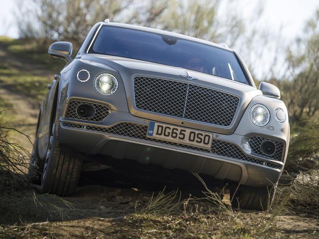 Bentley Bentayga   SUV napędzany jest 608-konnym silnikiem W12 TSI, który generuje moment obrotowy wynoszący 900 Nm. Przyspieszenie do 100 km/h ważącemu 2422 kg samochodowi zajmuje 4,1 s, natomiast prędkość maksymalna wynosi 301 km/h.   Fot. Benyley