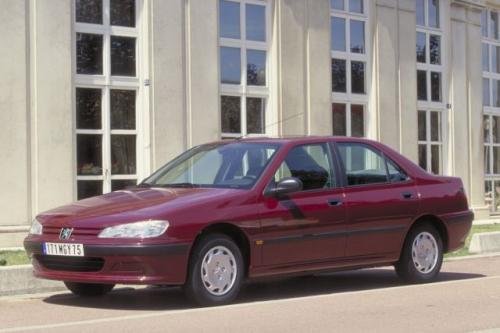 Fot. Peugeot: Peugeot 406 – model sedan z lat 1995 – 1999 jest o 14 cm dłuższy od poprzednika. Bagażnik o objętości 430 l do największych nie należy, wystarczy jednak na bagaże rodziny wyjeżdżającej na urlop.