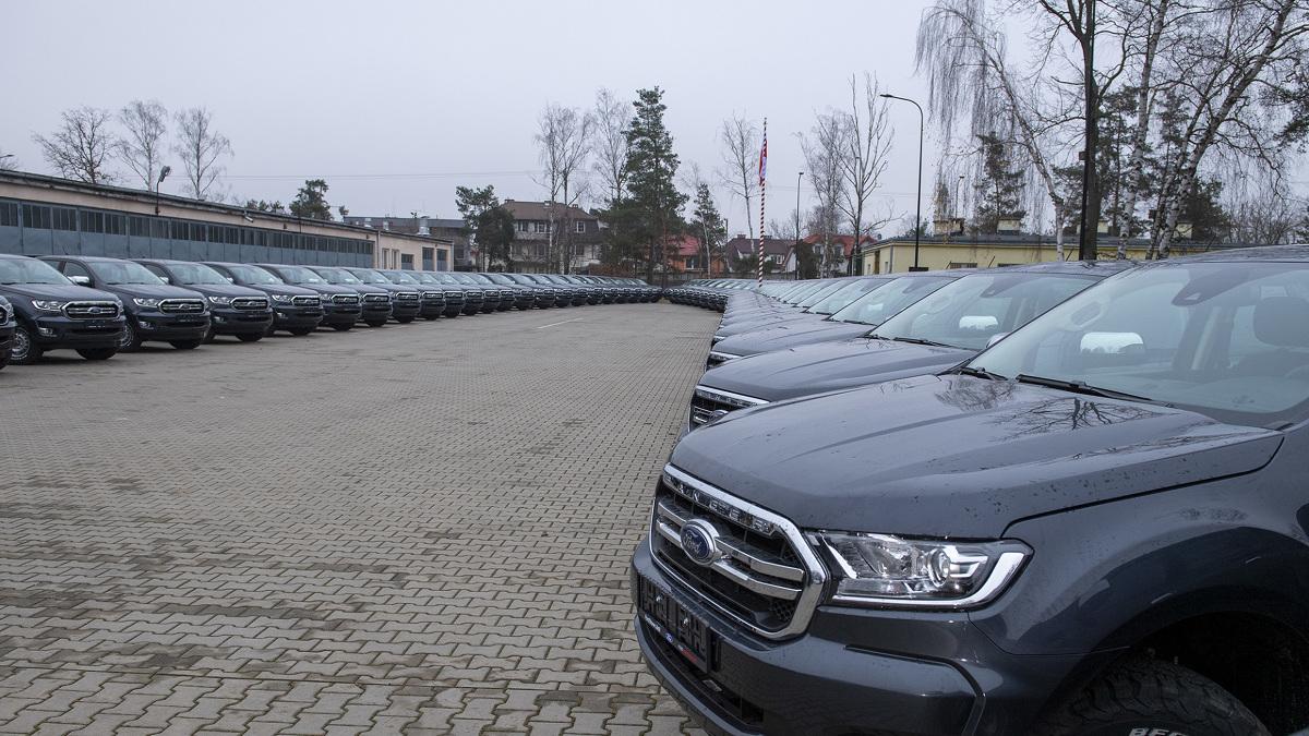 W 2. Regionalnej Bazie Logistycznej w Warszawie, szef MON wziął udział w przekazaniu pierwszej partii nowych samochodów Ford Ranger XLT, które trafią do jednostek wojskowych w całym kraju zastępując jednocześnie pojazdy Honker, które są używane w wojsku od lat 90.  Fot. Ministerstwo Obrony Narodowej