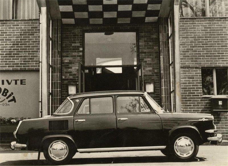 Wprowadzenie do małoseryjnej produkcji w Kvasinach w 1966 roku, rasowo stylizowanego modelu MBX z nadwoziem typu hardtop nie satysfakcjonowało w pełni zarządu firmy. Mozolnie nabierająca – ostatecznie i tak bardzo niskiego – tempa produkcja, nie była w stanie pokryć zapotrzebowania zgłaszanego przez PZO Motokov z dewizowych rynków eksportowych. W zasadzie jedynie z ich części, gdyż przezornie wstrzymano się z promocją deficytowego MBX na pozostałych.  Fot. Skoda