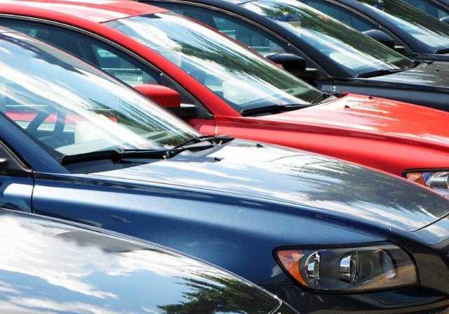 Rzadko kiedy przy zakupie samochodu kierowcy zastanawiają się nad utratą jego wartości w kolejnych latach, czyli nad tzw. wartością rezydualną. To duża niefrasobliwość. Kupujący analizują zużycie paliwa, porównują ceny ubezpieczeń, negocjują cenę zakupu, zapominając o utracie wartości.  Fot. Archiwum