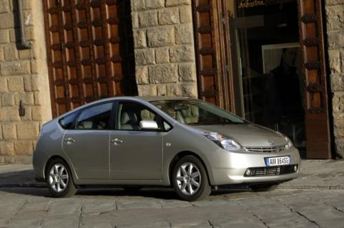 Fot. Toyota: Pierwszy, popularny samochód z napędem hybrydowym Toyota Prius kosztuje w Polsce od ok. 106 tys. zł