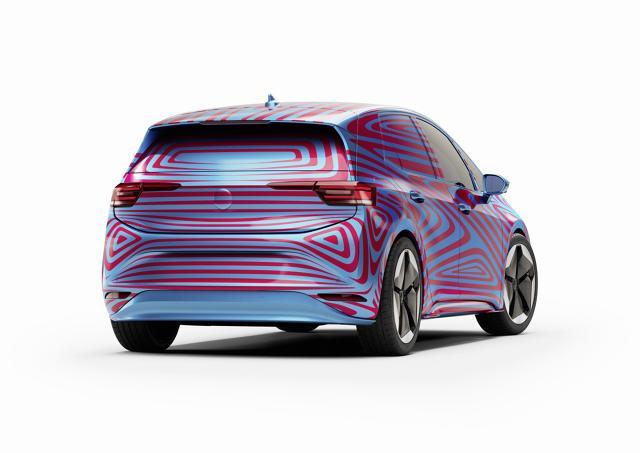 Volkswagen ID.3   W ciągu pierwszych 24 godzin w całej Europie przyjęto ponad 10 000 rezerwacji, a w pierwszym tygodniu zarezerwowanych zostało ponad 15 tysięcy aut – połowa dostępnej edycji.  Fot. Volkswagen