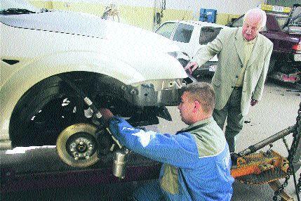 W gdańskim zakładzie motoryzacyjnym Tadeusza Dronszkowskiego uczniowie mogą nauczyć się zawodów mechanika pojazdów samochodowych czy lakiernika samochodowego. Fot. Robert Kwiatek