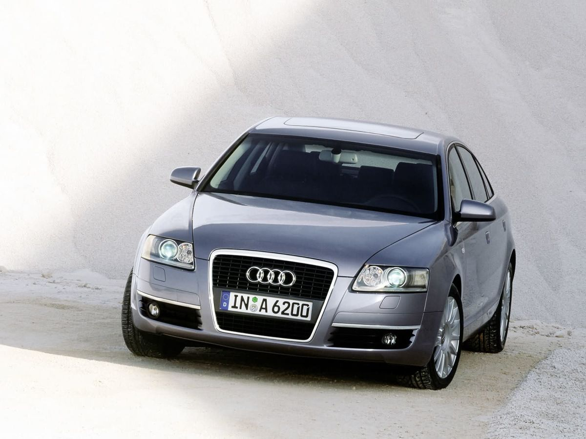 Audi A6 VI generacji zaprezentowano w marcu 2004 roku na salonie samochodowym w Genewie. W porównaniu do ustępującego modelu nadwozie limuzyny było o 12 centymetrów dłuższe i o 4,5 centymetra szersze, chociaż wysokość karoserii pozostała niemal niezmieniona / Fot. Audi