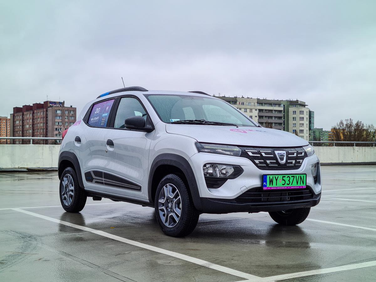 Dacia Spring była zapowiadana już od dawna i zdążyła dość mocno rozbudzić rynkowe nadzieje. Miała być tania, prosta i dostępna dla każdego. Polska premiera już za nami i dziś już wiemy ile z tych założeń udało się spełnić. Fot. Kamil Rogala