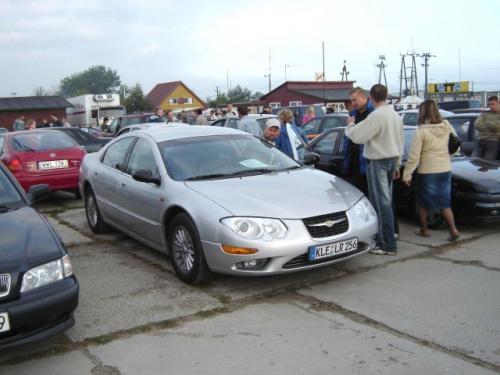 Fot. archiwum: Samochody amerykańskie mają wierną rzeszę użytkowników. Na giełdach można spotkać auta produkcji amerykańskiej sprowadzane z reguły z Europy Zachodniej, jak ten na zdjęciu Chrysler 300 M z Niemiec. Na import z USA decydują się w większości