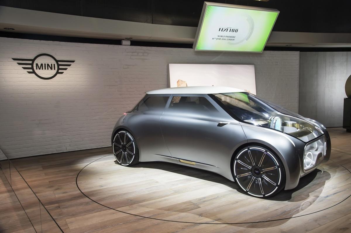 Mini Vision Next 100  Mini Vision Next 100 ma być pojazdem autonomicznym. Nie zrezygnowano jednak z kierownicy, a pedały umieszczone zostały na specjalnej szynie.   Fot. Mini