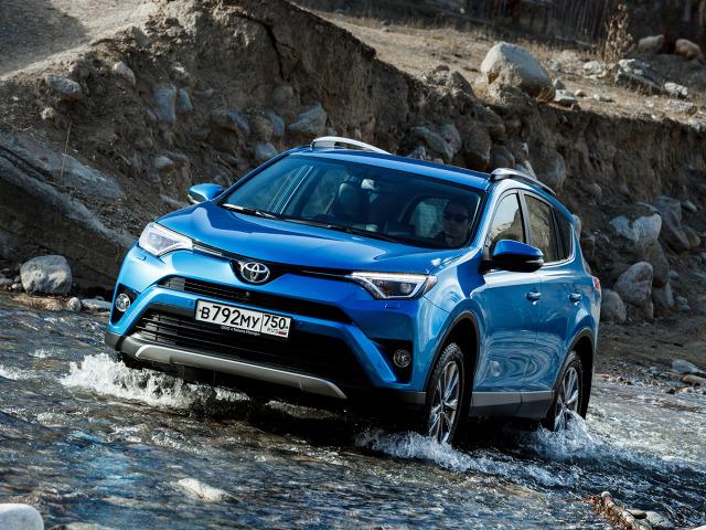 Za napęd może odpowiadać jeden z dwóch silników: wysokoprężny 2.0 D-4D o mocy 143 KM lub benzynowy 2.0 Valvematic o mocy 152 KM. Pierwszy z nich zapewnia przyspieszenie do 100 km/h w 9,6 s, natomiast drugi w 9,9 s / Fot. Toyota