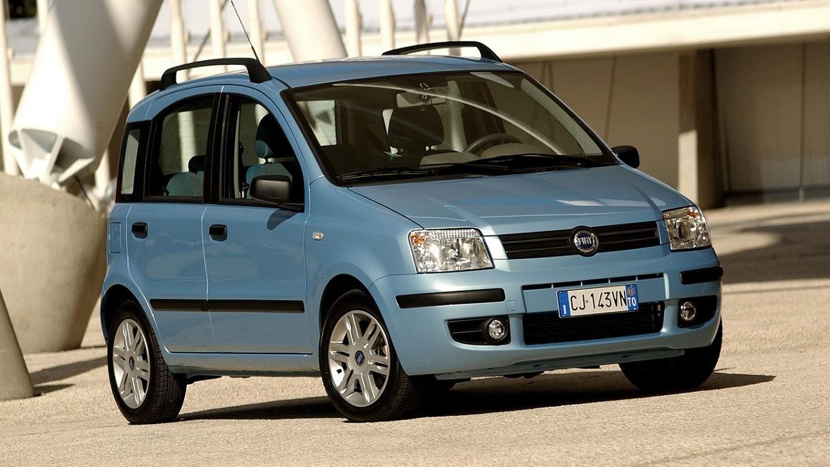 Fiat Panda II   Chociaż proste w konstrukcji, zawieszenie Pandy kiepsko znosi jazdę po polskich drogach. Przedwcześnie zużywają się amortyzatory, luzy pojawiają się też na wahaczach. Ich sworznie nie są wymienne. Trwałością nie grzeszą też sprężyny i łączniki stabilizatora. Cieszą niskie ceny elementów zawieszenia, martwi to, że trzeba je wymieniać czasami co 20-30 tys. km przebiegu.  Fot. Fiat