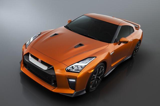 Nissan GT-R   Silnik modelu GT‑R – 24‑zaworowa jednostka V6 o pojemności 3,8 litra z podwójnym turbodoładowaniem – rozwija moc 570 KM przy 6800 obr./min oraz maksymalny moment obrotowy 633 Nm. Silnikowi towarzyszy cichsza niż dotychczas dwusprzęgłowa, 6‑biegowa przekładnia.  Fot. Nissan