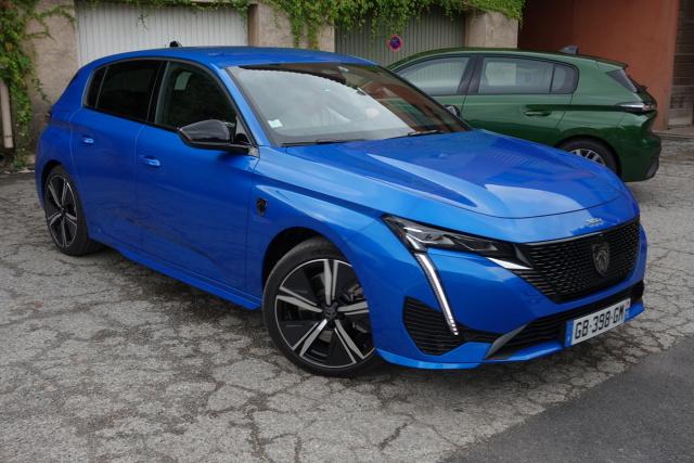 """Przy okazji premiery najnowszej generacji Peugeota 308 poza nową sylwetką oraz bogatszym wyposażeniem spodziewano się również nowej odmiany i-Cockpitu, który od roku 2012 jest swego rodzaju wyróżnikiem nowych samochodów tej marki. Jednak nowa """"trzystaósemka"""" to coś znacznie więcej niż także zwiększone możliwości komputera pokładowego oraz wyświetlaczy przed kierowcą oraz na ekranie centralnym. Otóż w nowej, trzeciej generacji kompaktowego Peugeota pojawia się także nowa technologia dotycząca przede wszystkim napędów. Chodzi oczywiście o hybrydy, w tym wypadku typu plug-in. Fot. Ryszard M. Perczak"""