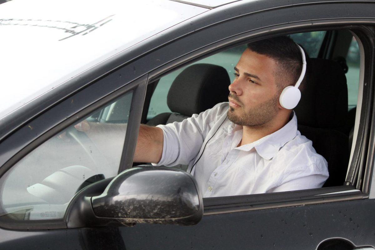 Muzyka z pewnością uprzyjemnia jazdę w samochodzie, jednak coraz częściej mamy do czynienia z wręcz nieodpowiedzialnymi zachowaniami za kierownicą.  Fot. 123RF