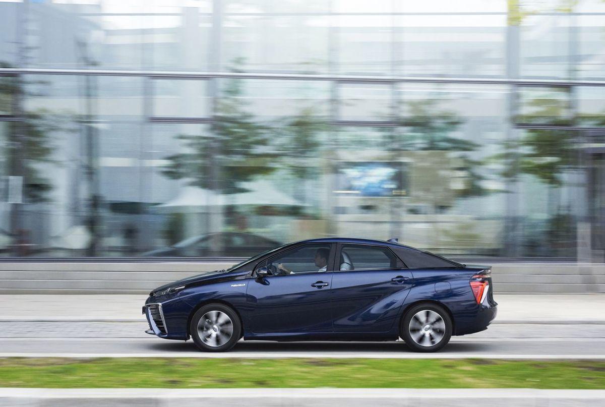 Toyota Mirai   Wodorowa Toyota jest obecnie produkowana w zakładzie Motomachi w Japonii, w którym powstawał m.in. supersamochód Lexus LFA. Mirai jest produkowany tą samą metodą, co sportowy Lexus, w dużej mierze ręcznie. Toyota planuje niedługo uruchomić kolejne linie produkcyjne i do 2020 roku zwiększyć sprzedaż do 30 tys. egzemplarzy rocznie.  Fot. Toyota