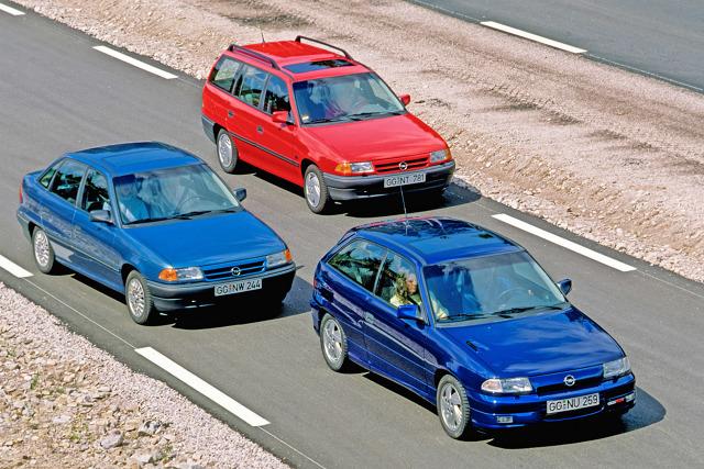 """Rok 1991, w którym Opel Astra F miał światową premierę, był czasem wielkich zmian. Niedawno zniknęła """"żelazna kurtyna"""" dzieląca Europę, a """"zimna wojna"""" dobiegła końca. Z powodu takich zdarzeń jak katastrofa tankowca Exxon Valdez ludzie zaczęli baczniej zwracać uwagę na wpływ człowieka na środowisko. Producenci samochodów musieli nauczyć się godzić konieczność ograniczania emisji spalin i zużycia paliwa z rosnącym zapotrzebowaniem na coraz wyższy komfort.  Fot. Opel"""