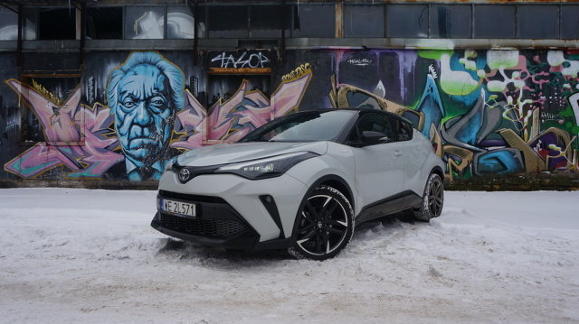 Gdy Toyota wprowadziła do sprzedaży w 2016 roku model C-HR większość z nas przecierała oczy. Ten preferujący dosyć spokojne wizualnie bryły nadwozia producent, zaprezentował raptem coś zupełnie z innej galaktyki designu. Ostre kształty, nietypowa bryła, czyli wygląd, który przyciągał wzrok. A wszystko na platformie GA-B, na której budowany jest Prius i Corolla. Teraz Toyota zdecydowała się wprowadzić nową wersję wyposażenia dla tego ciekawego crossovera. Fot. Konrad Grobel